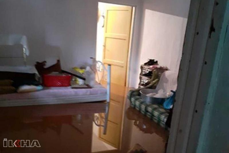 Aşırı yağış, sel ve su baskınına neden oldu