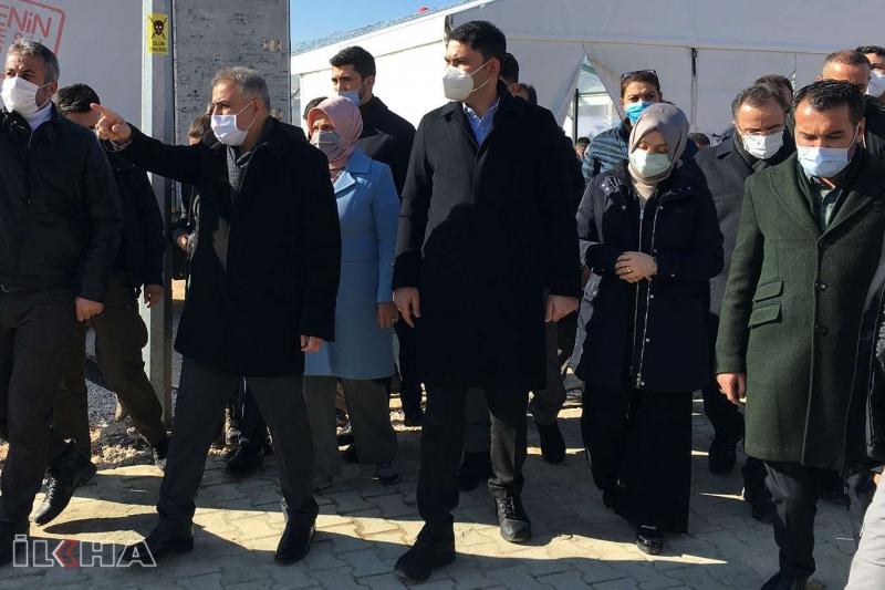 Bakan Kurum Elazığ'da deprem konutlarını inceledi