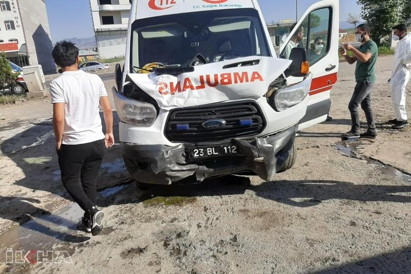 Covid-19 hastasını taşıyan ambulans kaza yaptı: 2 yaralı