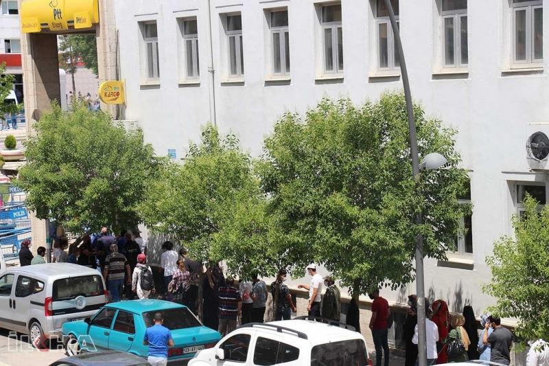 Elazığ'da sosyal mesafe kuralları posta kuyruklarında ihlal ediliyor