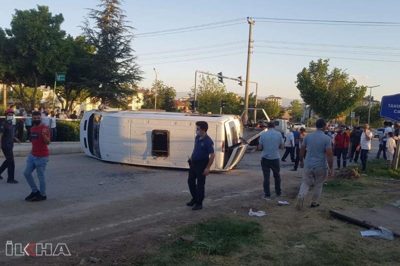 Elazığ'da yolcu minibüsü devrildi: 19 yaralı