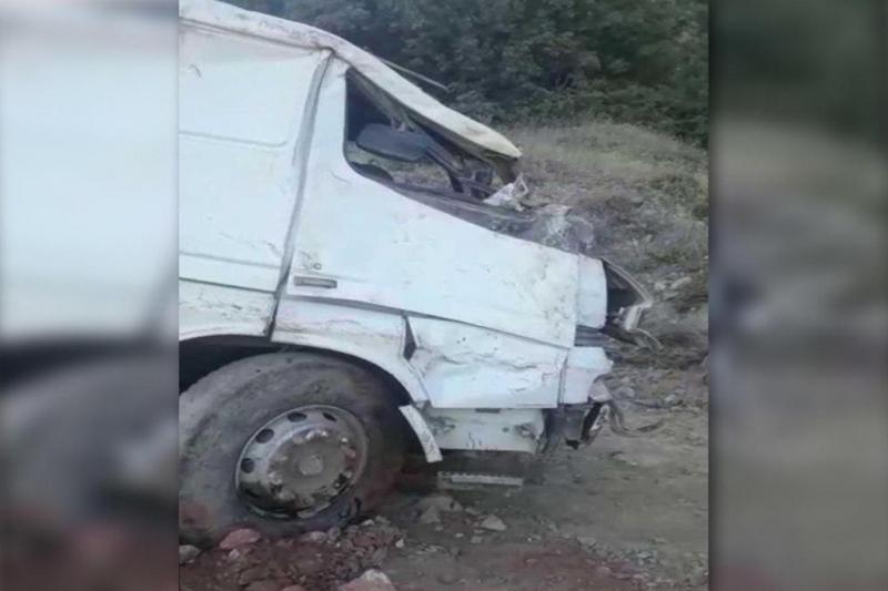 Hafriyat kamyonu 50 metre uçurumdan aşağı düştü