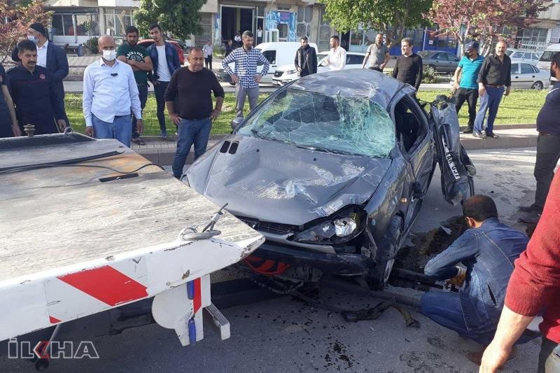 Kaldırıma çarparak takla atan otomobilde 2 kişi yaralandı