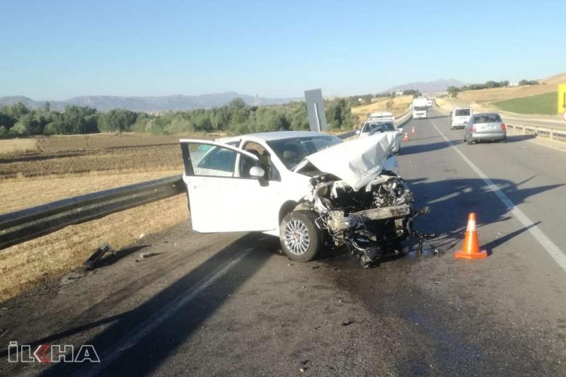 Kaza yapan otomobilin motoru yerinden fırladı