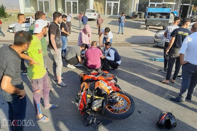 Kırmızı ışıkta durmayan otomobil motosiklette çarptı: Bir yaralı