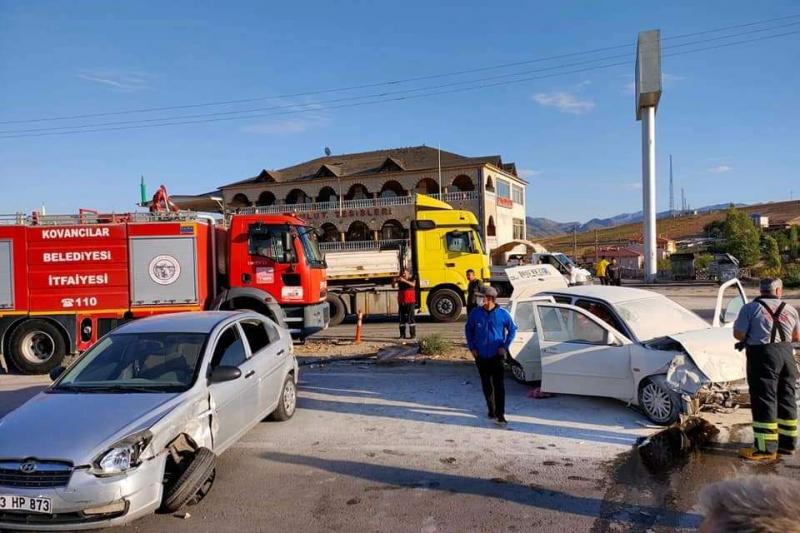 Kovancılar`da İki otomobil kavşakta çarpıştı: 3 yaralı