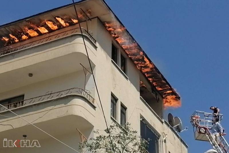 Palu`da İtfaiyenin ekipman yetersizliği binanın çatı katını kül etti