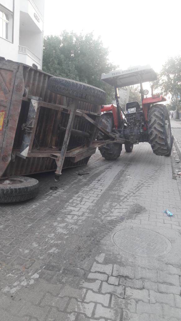 Şeker pancarı yüklü traktör devrildi