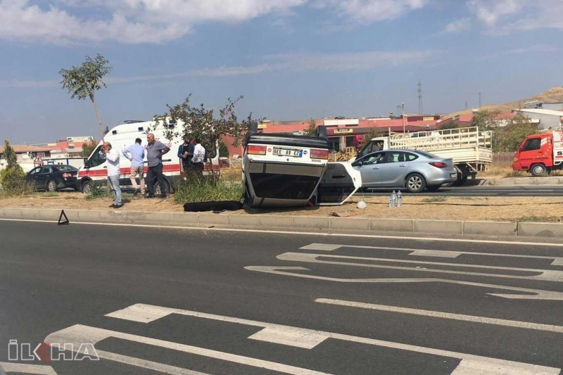 TIR ile refüj arasında sıkışan otomobil takla attı: 3 yaralı
