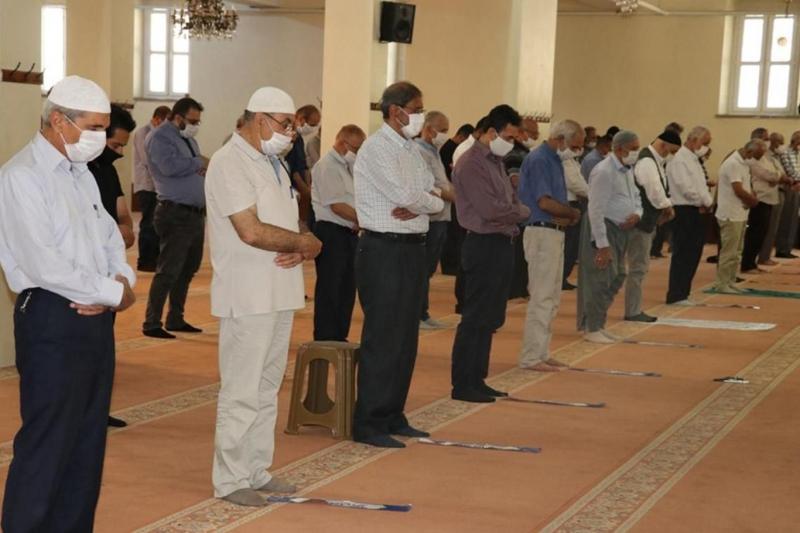 Yarından itibaren camilerde tüm vakit namazları cemaatle kılınabilecek